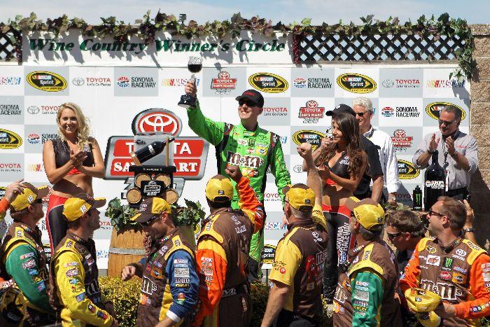 Kyle Busch于2015年6月28日于Sonoma获得胜利之后 (照片来自于Tim Bradbury/Getty Images)