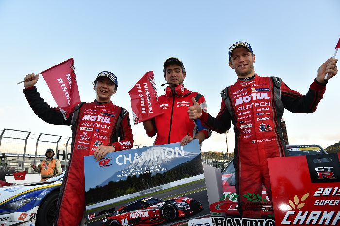 GT500组年度车手总冠军松田次生与Ronnie Quintarelli,及NISMO车队监督铃木豊
