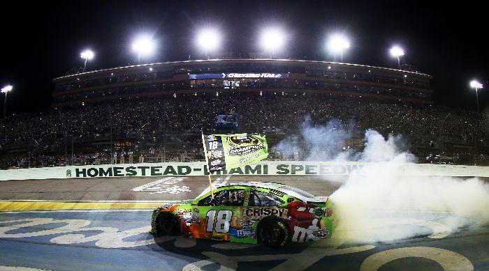 Kyle Busch于2015年11月22日收官战霍姆斯特德烧胎庆祝获得比赛胜利和年度总冠军(照片来自于Chris Graythen/Getty Images)