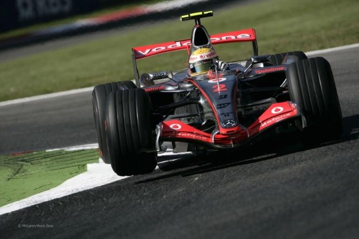 2007年刘易斯•汉密尔顿驾驶着迈凯伦MP4-22赛车