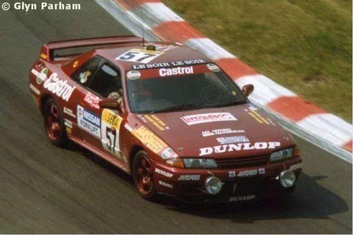 使用N组规格的GTR R32在斯帕比赛。两盏大前灯说明了24小时耐力赛的特色(日夜不间断地比赛)