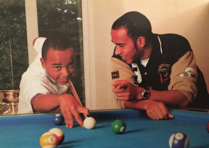尼古拉斯和刘易斯玩桌球
