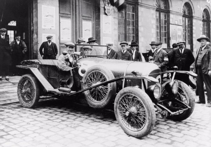 John Duff (宾利车子的驾驶座) 以及Frank Clement 坐在宾利3 litre里面