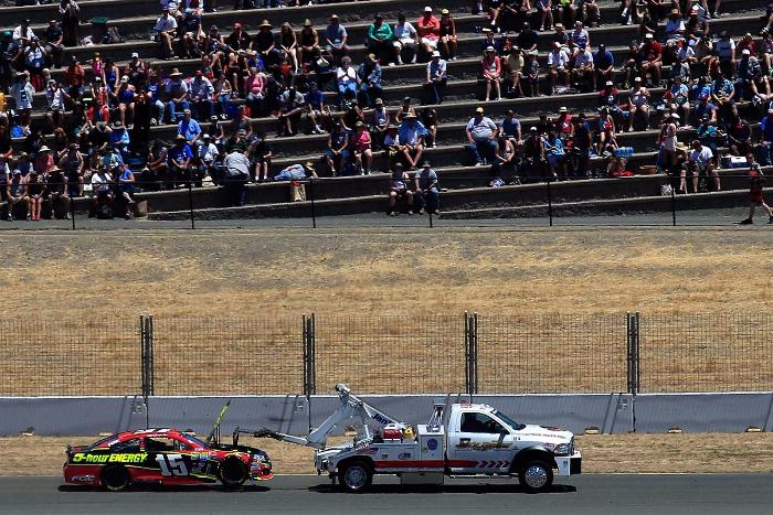 Clint Bowyer的赛车被拖离赛道