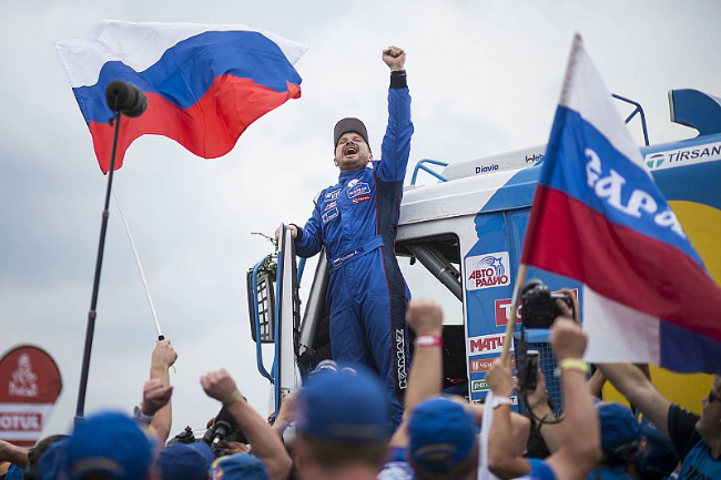 dakar-dakar-2018-truck-winner-eduard-nikolaev-team-kamaz-master-celebrates-his-win-7300298